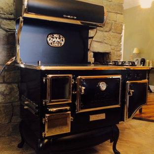 オタワの中サイズのヴィクトリアン調のおしゃれなキッチン (黒い調理設備、スレートの床) の写真