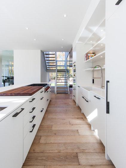 Modern Kitchen by Christopher Simmonds Architect