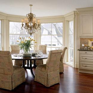 ボストンのヴィクトリアン調のおしゃれなダイニングキッチン (レイズドパネル扉のキャビネット、ベージュのキャビネット、ベージュキッチンパネル) の写真