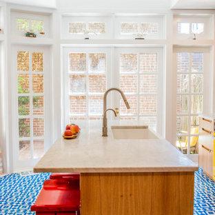 フィラデルフィアのエクレクティックスタイルのおしゃれなII型キッチン (エプロンフロントシンク、ベージュのキャビネット、白いキッチンパネル、カラー調理設備、セメントタイルの床、青い床、白いキッチンカウンター) の写真