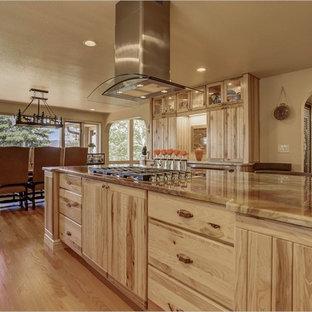 デンバーの巨大なラスティックスタイルのおしゃれなキッチン (ルーバー扉のキャビネット、中間色木目調キャビネット、エプロンフロントシンク、シルバーの調理設備) の写真