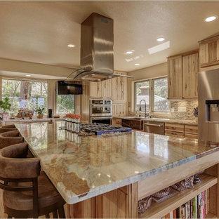 Geräumige Rustikale Wohnküche in L-Form mit Landhausspüle, Lamellenschränken, hellbraunen Holzschränken, Küchengeräten aus Edelstahl und Kücheninsel in Denver