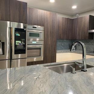 マイアミの小さいモダンスタイルのおしゃれなキッチン (アンダーカウンターシンク、フラットパネル扉のキャビネット、濃色木目調キャビネット、御影石カウンター、グレーのキッチンパネル、御影石のキッチンパネル、シルバーの調理設備、トラバーチンの床、ベージュの床、グレーのキッチンカウンター) の写真