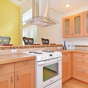 Неиссякаемый источник вдохновения для домашнего уюта: п-образная кухня-гостиная среднего размера в стиле кантри с фасадами в стиле шейкер, светлыми деревянными фасадами, столешницей из плитки, бежевым фартуком, фартуком из керамической плитки, белой техникой, полом из бамбука и полуостровом