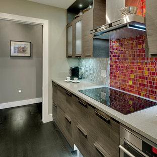 バンクーバーの中サイズのエクレクティックスタイルのおしゃれなII型キッチン (アンダーカウンターシンク、フラットパネル扉のキャビネット、濃色木目調キャビネット、テラゾーカウンター、メタリックのキッチンパネル、ガラスタイルのキッチンパネル、シルバーの調理設備の、濃色無垢フローリング、アイランドなし、黒い床) の写真