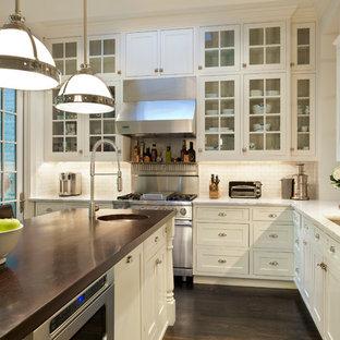 Landhausstil Wohnküche in L-Form mit Glasfronten, weißen Schränken, Marmor-Arbeitsplatte, Küchenrückwand in Weiß, Küchengeräten aus Edelstahl, dunklem Holzboden, Kücheninsel und Rückwand aus Metrofliesen in Washington, D.C.