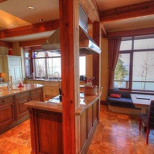 トロントのトランジショナルスタイルのおしゃれなマルチアイランドキッチン (落し込みパネル扉のキャビネット、中間色木目調キャビネット、御影石カウンター、セラミックタイルのキッチンパネル、大理石の床、エプロンフロントシンク) の写真