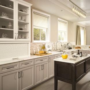 トロントの小さいトランジショナルスタイルのおしゃれなキッチン (アンダーカウンターシンク、落し込みパネル扉のキャビネット、グレーのキャビネット、大理石カウンター、マルチカラーのキッチンパネル、ボーダータイルのキッチンパネル、磁器タイルの床) の写真