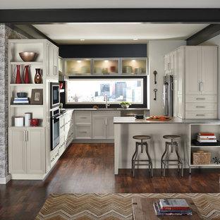 Diseño de cocina en U, clásica renovada, pequeña, abierta, con armarios con paneles empotrados, puertas de armario blancas, salpicadero negro, electrodomésticos de acero inoxidable, suelo de madera oscura, fregadero bajoencimera, encimera de zinc y península