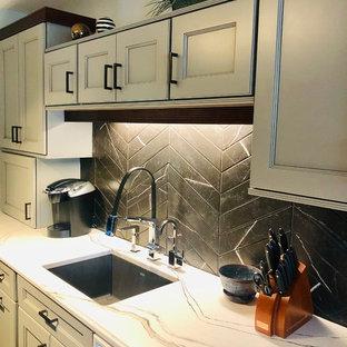 ニューヨークの小さいエクレクティックスタイルのおしゃれなキッチン (アンダーカウンターシンク、フラットパネル扉のキャビネット、グレーのキャビネット、クオーツストーンカウンター、黒いキッチンパネル、石タイルのキッチンパネル、シルバーの調理設備、無垢フローリング、オレンジの床、白いキッチンカウンター) の写真