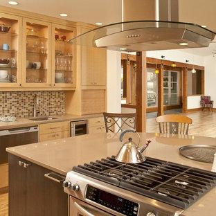 シアトルのアジアンスタイルのおしゃれなキッチン (フラットパネル扉のキャビネット、淡色木目調キャビネット、人工大理石カウンター、マルチカラーのキッチンパネル、モザイクタイルのキッチンパネル、シルバーの調理設備の、ダブルシンク、淡色無垢フローリング) の写真