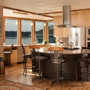 シアトルの中サイズのアジアンスタイルのおしゃれなキッチン (フラットパネル扉のキャビネット、マルチカラーのキッチンパネル、シルバーの調理設備の、ダブルシンク、淡色木目調キャビネット、人工大理石カウンター、モザイクタイルのキッチンパネル、淡色無垢フローリング) の写真