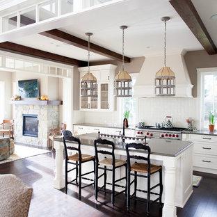 Idéer för att renovera ett stort lantligt kök, med skåp i shakerstil, vita skåp, vitt stänkskydd, stänkskydd i keramik, rostfria vitvaror, mörkt trägolv, en köksö, brunt golv, en rustik diskho och granitbänkskiva