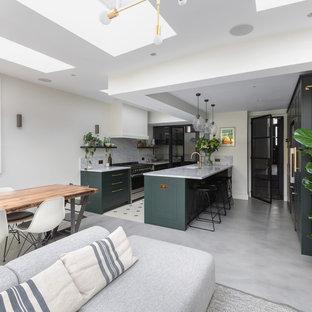 ロンドンの中くらいのコンテンポラリースタイルのおしゃれなキッチン (一体型シンク、シェーカースタイル扉のキャビネット、緑のキャビネット、大理石カウンター、白いキッチンパネル、大理石のキッチンパネル、シルバーの調理設備、コンクリートの床、グレーの床、白いキッチンカウンター) の写真