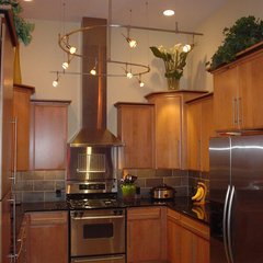 contemporary kitchen by Tomlinson & Girt Bldg. Cont. LLC