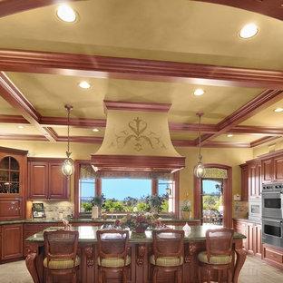 Geräumige Klassische Wohnküche in U-Form mit Kücheninsel, Einbauwaschbecken, profilierten Schrankfronten, hellbraunen Holzschränken, Laminat-Arbeitsplatte, Küchenrückwand in Beige, Kalk-Rückwand, Küchengeräten aus Edelstahl, Keramikboden, beigem Boden und grüner Arbeitsplatte in San Diego