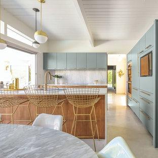 ミッドセンチュリースタイルのおしゃれなキッチン (クオーツストーンカウンター、ベージュのキッチンカウンター) の写真