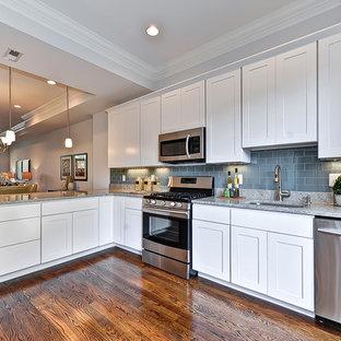 Esempio di una cucina classica con lavello a vasca singola, ante bianche, paraspruzzi blu, paraspruzzi con piastrelle di vetro e elettrodomestici in acciaio inossidabile