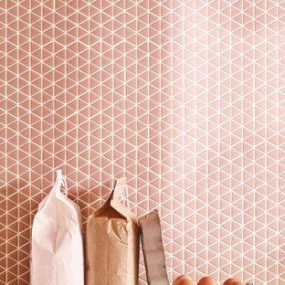 Imagen de cocina minimalista con salpicadero rosa y salpicadero de azulejos de vidrio