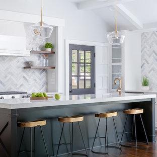 Offene Klassische Küche in U-Form mit Unterbauwaschbecken, Schrankfronten im Shaker-Stil, Küchenrückwand in Grau, Rückwand aus Marmor, dunklem Holzboden, Kücheninsel, braunem Boden, weißer Arbeitsplatte, Küchengeräten aus Edelstahl und schwarzen Schränken in Raleigh