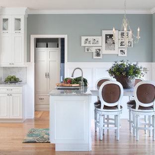 Bild på ett vintage kök och matrum, med en rustik diskho, luckor med infälld panel, vita skåp, vitt stänkskydd, stänkskydd i stenkakel, granitbänkskiva och ljust trägolv