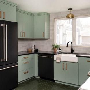 Inspiration för stora eklektiska svart kök, med gröna skåp, vitt stänkskydd, stänkskydd i tegel, tegelgolv och grönt golv