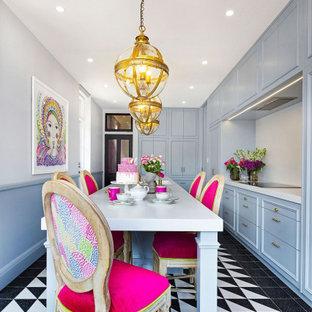 Immagine di una cucina parallela bohémian chiusa e di medie dimensioni con lavello a doppia vasca, ante a filo, ante blu, top in quarzo composito, paraspruzzi bianco, pavimento con piastrelle in ceramica, isola e top bianco