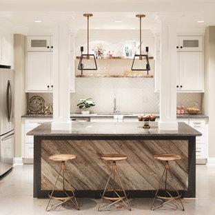 シカゴの中サイズのインダストリアルスタイルのおしゃれなキッチン (ダブルシンク、シェーカースタイル扉のキャビネット、白いキャビネット、御影石カウンター、白いキッチンパネル、サブウェイタイルのキッチンパネル、シルバーの調理設備の、セメントタイルの床) の写真
