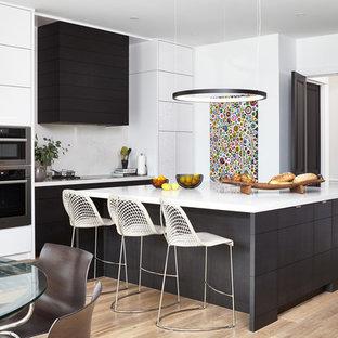 Immagine di una cucina minimalista di medie dimensioni con ante lisce, ante marroni, paraspruzzi bianco, elettrodomestici in acciaio inossidabile, parquet chiaro, isola, top in quarzo composito, pavimento beige e top bianco