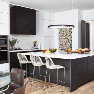 Modern inredning av ett mellanstort kök, med släta luckor, vita skåp, bänkskiva i koppar, vitt stänkskydd, rostfria vitvaror, kalkstensgolv och en köksö