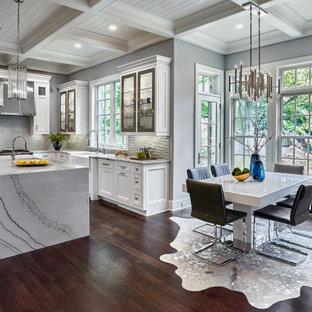 シカゴの中くらいのトランジショナルスタイルのおしゃれなキッチン (エプロンフロントシンク、シェーカースタイル扉のキャビネット、白いキャビネット、格子天井) の写真