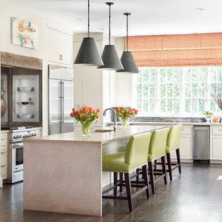Foto di una grande cucina chic con lavello sottopiano, ante lisce, ante bianche, top in cemento, paraspruzzi nero, paraspruzzi con piastrelle a mosaico, elettrodomestici in acciaio inossidabile, parquet scuro e isola