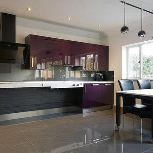Bild på ett mellanstort funkis kök, med en integrerad diskho, släta luckor, lila skåp, bänkskiva i betong, stänkskydd med metallisk yta, glaspanel som stänkskydd, rostfria vitvaror, klinkergolv i porslin och grått golv