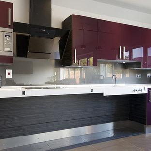 Exempel på ett mellanstort modernt kök, med en integrerad diskho, släta luckor, lila skåp, bänkskiva i betong, stänkskydd med metallisk yta, glaspanel som stänkskydd, rostfria vitvaror, klinkergolv i porslin och grått golv