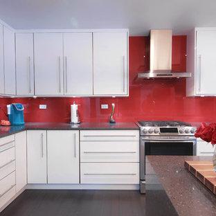 Идея дизайна: угловая кухня среднего размера в стиле модернизм с обеденным столом, врезной раковиной, плоскими фасадами, белыми фасадами, столешницей из кварцита, красным фартуком, фартуком из стекла, техникой из нержавеющей стали, полом из бамбука, островом и серым полом