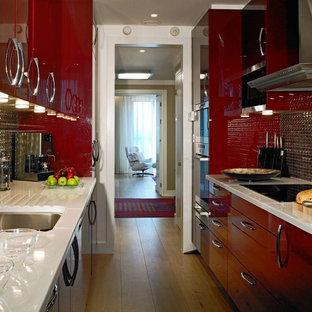 Exempel på ett avskilt modernt parallellkök, med en undermonterad diskho, släta luckor, röda skåp och stänkskydd i metallkakel