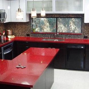 Moderne Wohnküche in L-Form mit Doppelwaschbecken, flächenbündigen Schrankfronten, dunklen Holzschränken, Marmor-Arbeitsplatte, weißem Boden und roter Arbeitsplatte in London