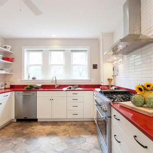 Пример оригинального дизайна: п-образная кухня в стиле кантри с врезной раковиной, фасадами в стиле шейкер, белыми фасадами, белым фартуком и красной столешницей без острова