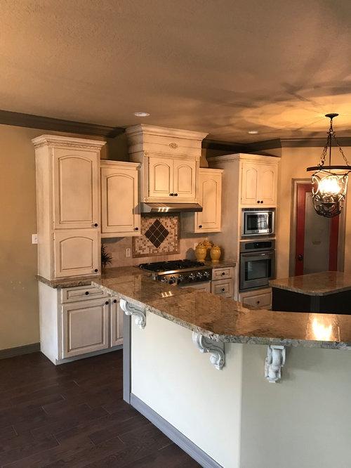 cuisine avec une cr dence beige et un plan de travail en carrelage photos et id es d co de. Black Bedroom Furniture Sets. Home Design Ideas