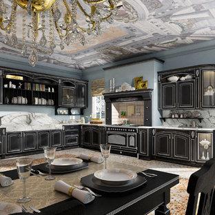 Пример оригинального дизайна интерьера: большая угловая кухня в классическом стиле с обеденным столом, двойной раковиной, плоскими фасадами, черными фасадами, мраморной столешницей, разноцветным фартуком, фартуком из каменной плиты, техникой под мебельный фасад и полом из линолеума без острова