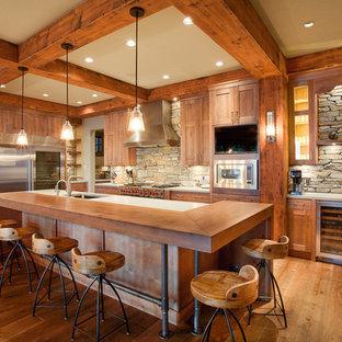 バンクーバーの大きいラスティックスタイルのおしゃれなキッチン (シェーカースタイル扉のキャビネット、淡色木目調キャビネット、木材カウンター、石タイルのキッチンパネル、シルバーの調理設備の、無垢フローリング) の写真