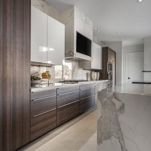 マイアミの広いコンテンポラリースタイルのおしゃれなキッチン (シングルシンク、フラットパネル扉のキャビネット、中間色木目調キャビネット、大理石カウンター、白いキッチンパネル、大理石のキッチンパネル、シルバーの調理設備、セラミックタイルの床、白い床、白いキッチンカウンター) の写真