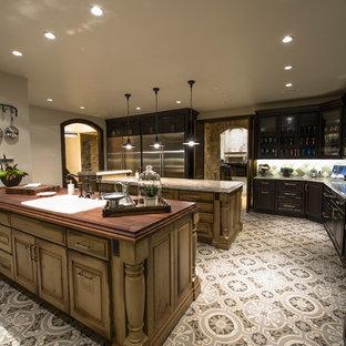Geräumige, Geschlossene Urige Küche in U-Form mit zwei Kücheninseln, Unterbauwaschbecken, profilierten Schrankfronten, Schränken im Used-Look, Speckstein-Arbeitsplatte, bunter Rückwand, Rückwand aus Mosaikfliesen, Küchengeräten aus Edelstahl, Vinylboden und buntem Boden in Denver
