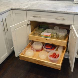 Moderne Wohnküche ohne Insel mit weißen Schränken, Granit-Arbeitsplatte, Küchenrückwand in Grau, Rückwand aus Metrofliesen, Küchengeräten aus Edelstahl und dunklem Holzboden in Richmond