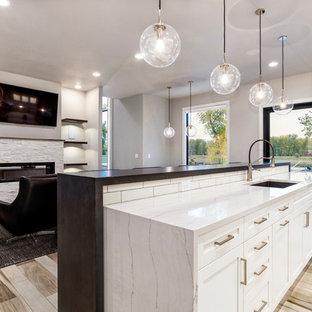 Immagine di una grande cucina moderna con lavello sottopiano, ante in stile shaker, ante bianche, top in quarzo composito, paraspruzzi bianco, paraspruzzi con piastrelle diamantate, elettrodomestici in acciaio inossidabile, isola e top bianco