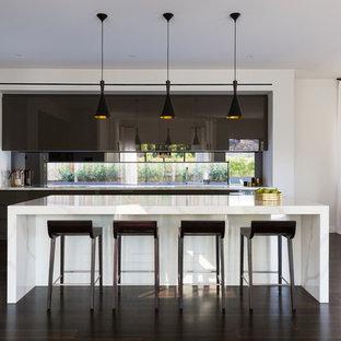Неиссякаемый источник вдохновения для домашнего уюта: большая параллельная кухня-гостиная в стиле модернизм с фартуком с окном, темным паркетным полом, островом, коричневым полом, двойной раковиной и черными фасадами