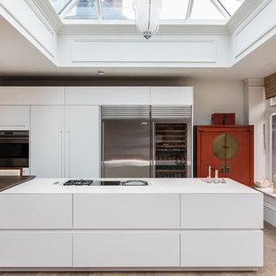 Inspiration för stora moderna linjära kök med öppen planlösning, med en integrerad diskho, släta luckor, vita skåp, bänkskiva i koppar, rostfria vitvaror, klinkergolv i keramik och en köksö