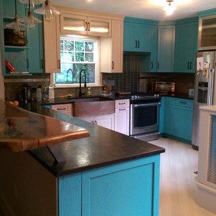 他の地域の中サイズのエクレクティックスタイルのおしゃれなキッチン (エプロンフロントシンク、シェーカースタイル扉のキャビネット、御影石カウンター、青いキッチンパネル、シルバーの調理設備の、竹フローリング) の写真