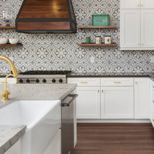 Mittelgroße Klassische Wohnküche In L Form Mit Landhausspüle,  Schrankfronten Im Shaker Stil,