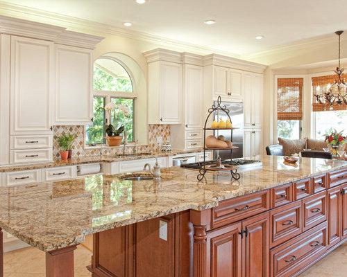 Cucina classica con ante in legno scuro foto e idee per